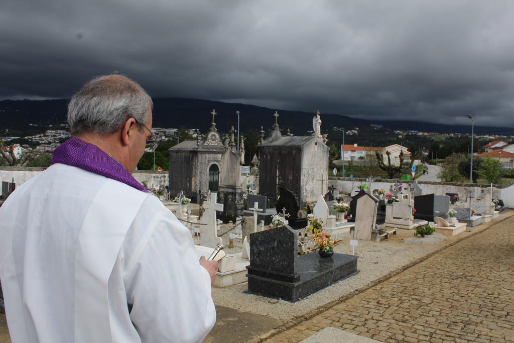 Um funeral no cemitério de Santiago durante pandemia de covid-19 Foto: Liliana Carona/RR