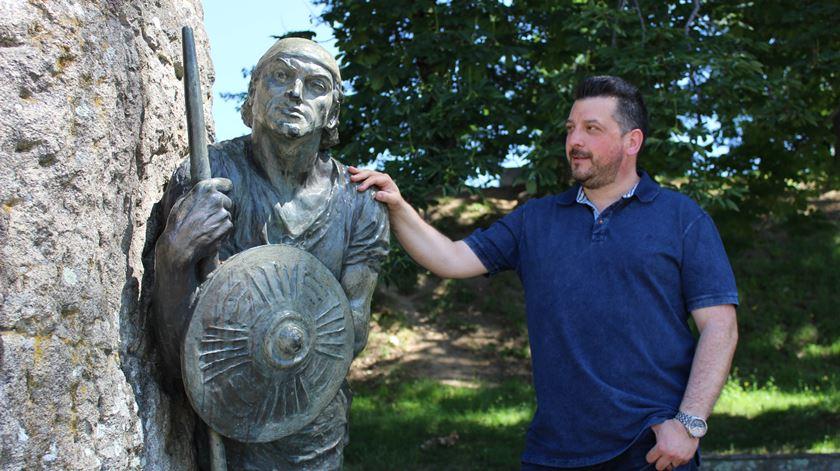 John Gallo e a estátua que o inspirou.