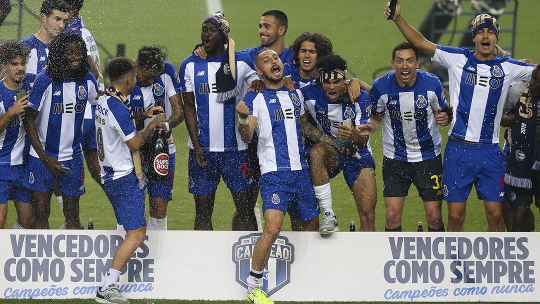 Jogadores do FC Porto festejam o título ainda em campo. Foto: José Coelho/Lusa