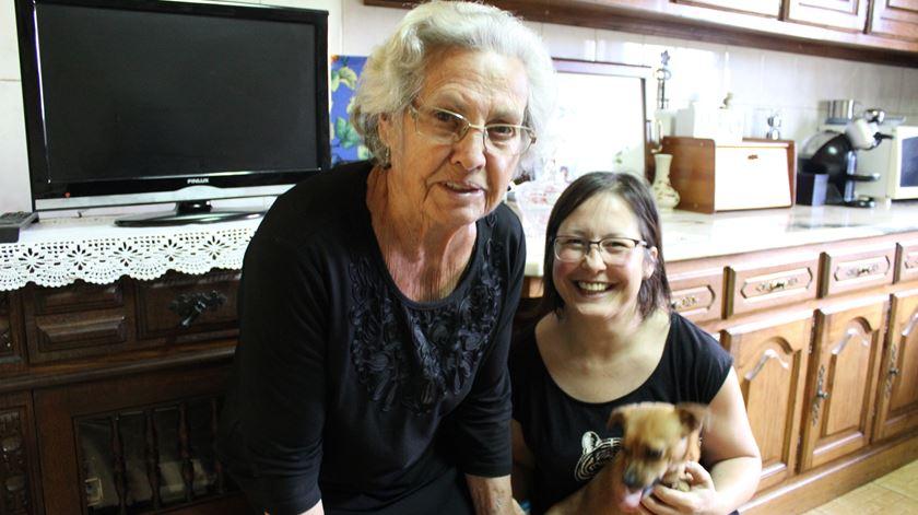 Maria Augusta com a sua cadela, Fofinha, e Helena Saraiva, do Rugas de Sorrisos. Foto: Liliana Carona/RR