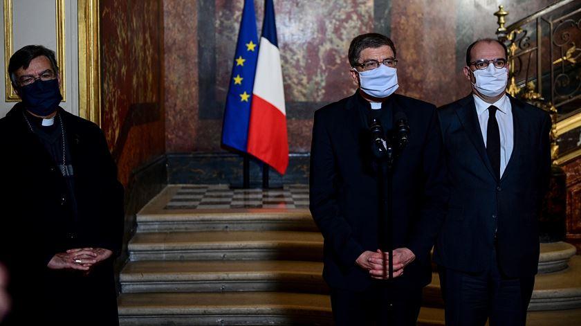Arcebispo de Paris, Michel Aupetit, presidente da conferência episcopal francesa, Eric de Moulins-Beaufort, e o primeiro-ministro francês, Jean Castex, numa conferência de imprensa depois do ataque. Foto: Martin Bureau/EPA