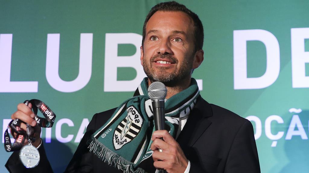 Frederico Varandas, em 2018 após ganhar as eleições, com medalha de prata na Taça de Portugal que prometeu juntar ao troféu de campeão. Foto: José Sena Goulão/Lusa
