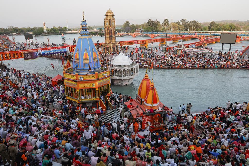 Devotos hindus celebram o Kumbh Mela numa altura em que a pandemia está a bater recordes de infeções na Índia. Foto: Reuters