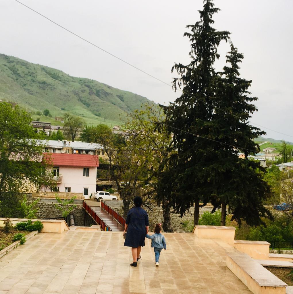 A mãe e a sobrinha de Irina Safaryan em Hadrut, num tempo em que a vila estava nas mãos dos arménios. Foto: Irina Safaryan