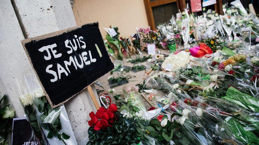 Muitas pessoas depositaram flores à porta do liceu onde o professor dava aulas. Foto: Reuters