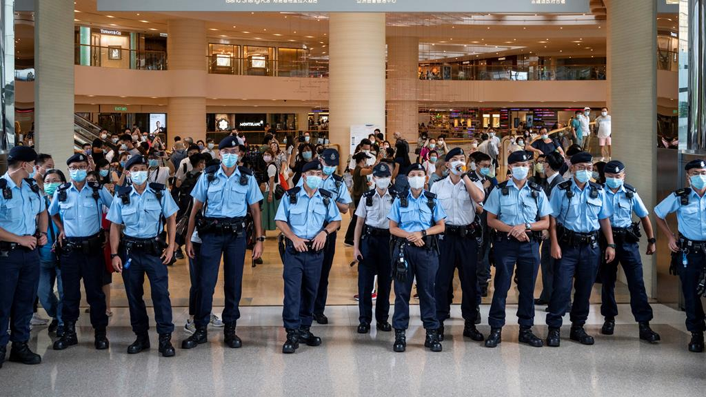 Polícia de Honk Kong evita concentrações nos espaços públicos. Foto: Miguel Candela/EPA