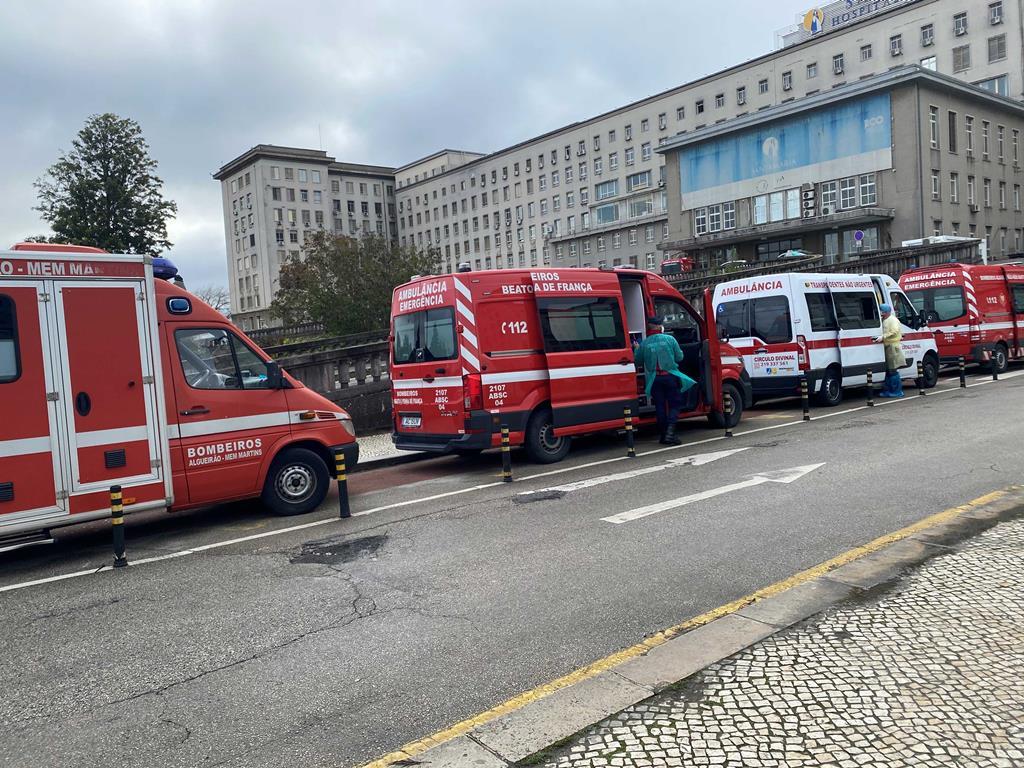No final do mês de janeiro, as ambulâncias faziam filas diárias nas urgências do Santa Maria, em Lisboa. Foto: Ana Rodrigues/RR