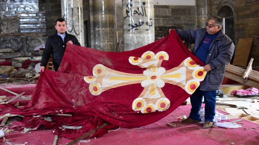 Cristãos numa igreja vandalizada no Iraque, cuja reconstrução foi financiada pela AIS. Foto: AIS