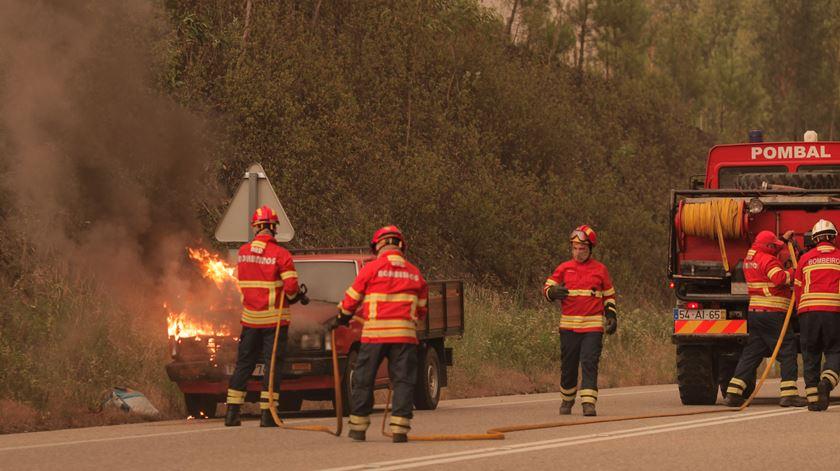 30 pessoas eram ocupantes de veículos que foram apanhados pelas chamas. 17 foram encontradas à beira da estrada