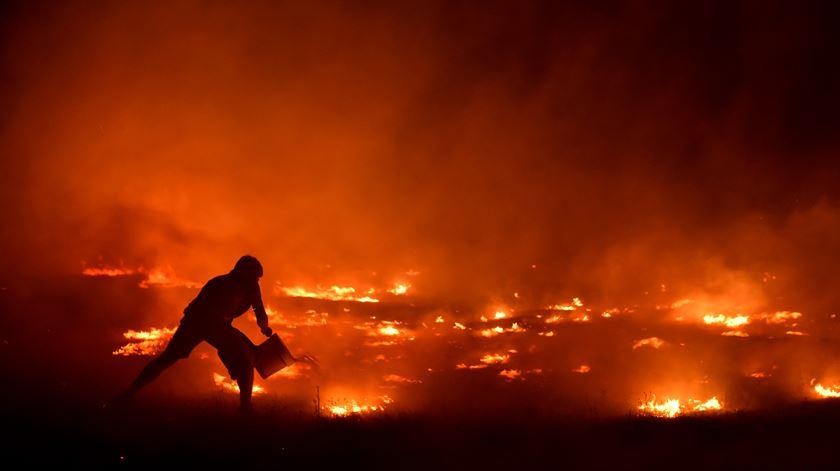 Quase 6 mil operacionais estavam ao início da manhã desta segunda-feira a combater as chamas em todo o país. Mas não é possível chegarem a todo o lado. Foto: Nuno André Ferreira/Lusa