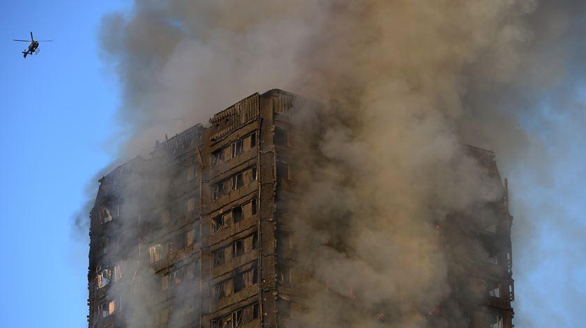 O incêndio fez dezenas de mortos e feridos. Foto: Facundo Arrizabalaga/EPA