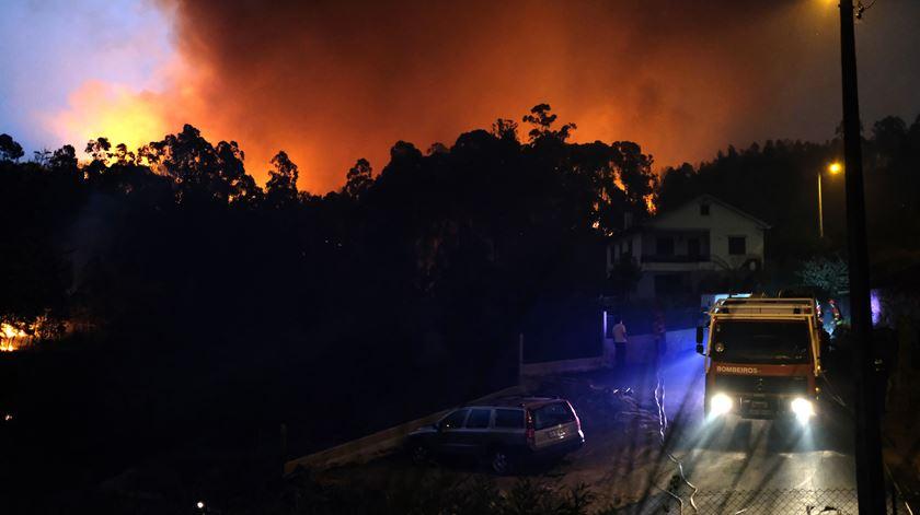Bombeiros combatem um incêndio no lugar de São Tomé, em Valença, este domingo. Foto: Arménio Belo/Lusa