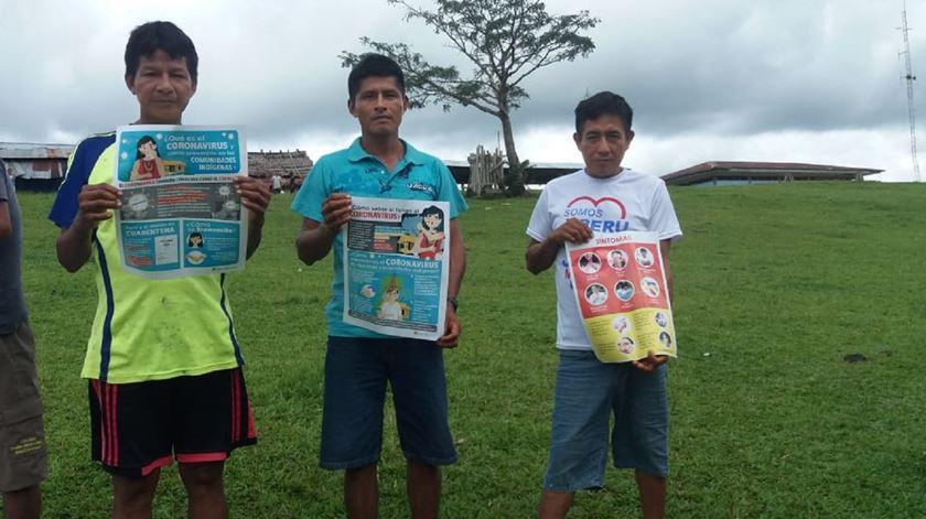 Informação distribuída aos indígenas na Amazónia. Foto: Geni Lloris