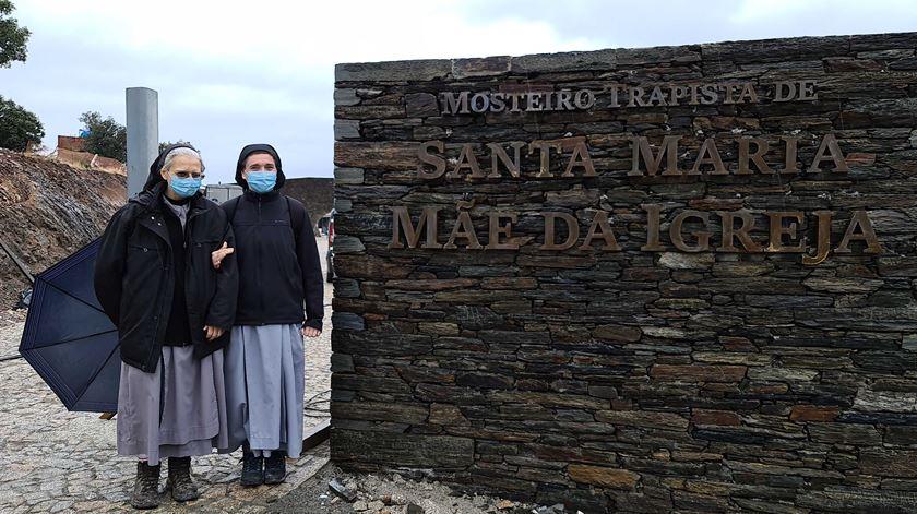 Irmã Giusy e irmã Débora à entrada do mosteiro. Foto: Olímpia Mairos/RR