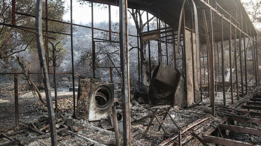 Dezenas de casas ficaram completamente destruídas pelos fogos. Foto: ERDEM SAHIN/ EPA