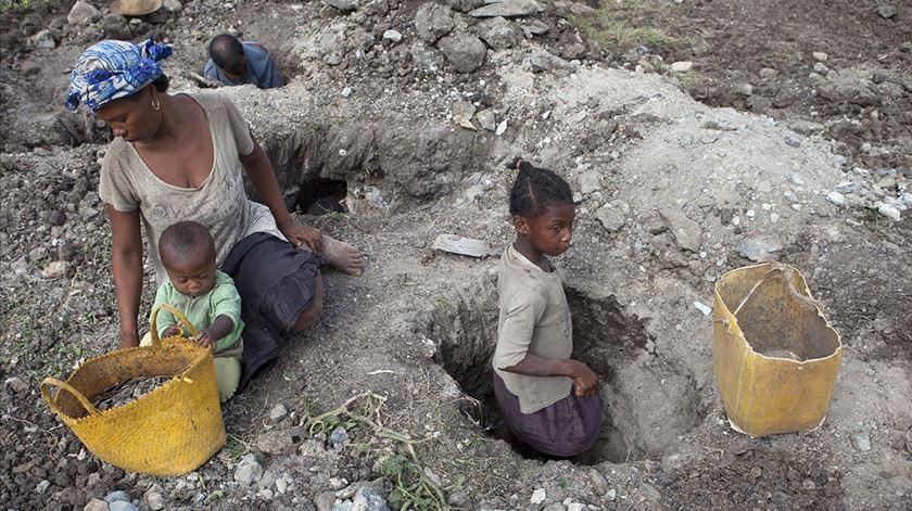 Trabalho infantil nas minas de mica em Madagáscar. Foto: Jan Joseph Stok, Terre des Hommes