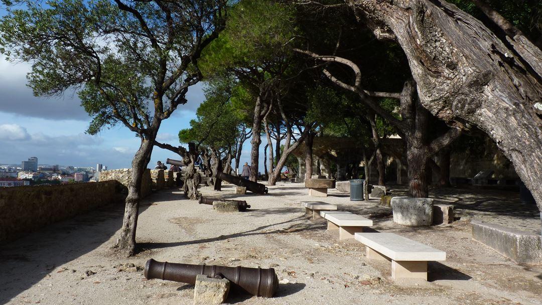 Jardim do castelo, de 1959, é um dos primeiros trabalhos de arquitetura paisagista feitos em Portugal. Foto: Wikimedia