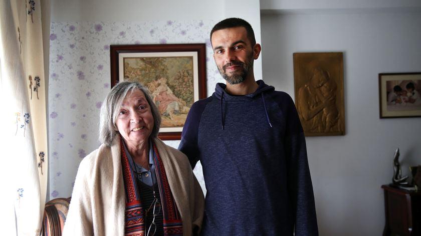João Costa e a mãe, na casa da família em Mem Martins.