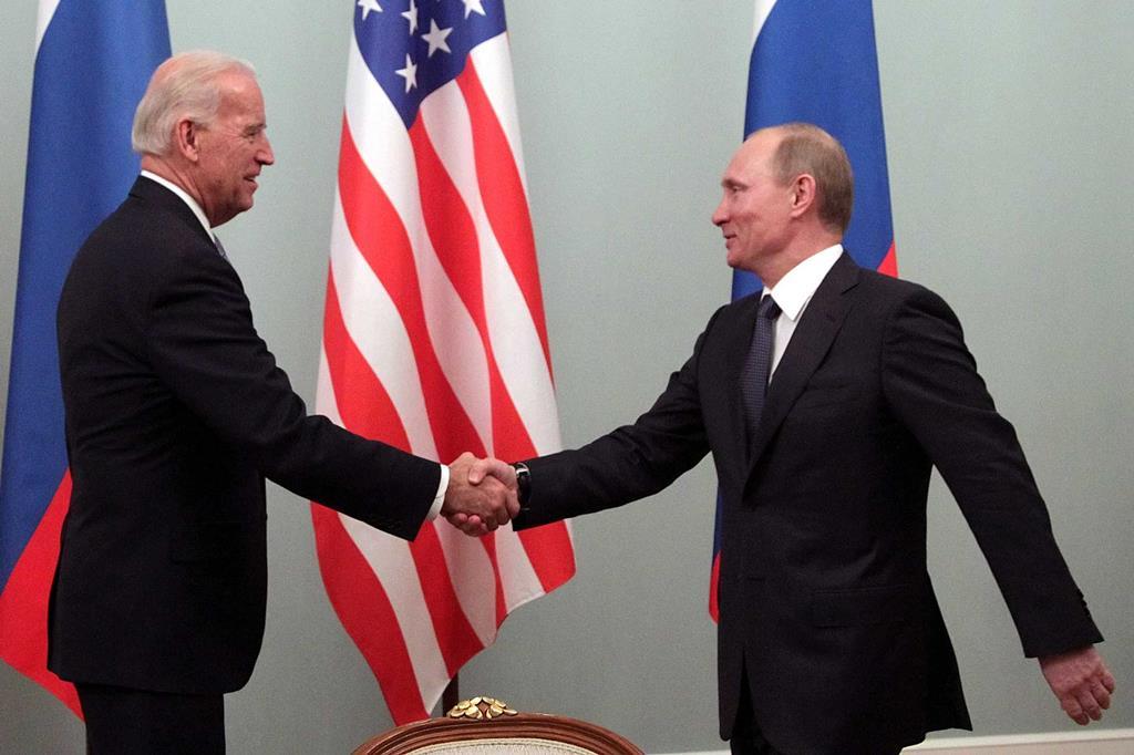 Joe Biden e Vladimir Putin num encontro em Moscovo, em março de 2011, quando o atual Presidente americano era vice de Barack Obama. Foto: Maxim Shipenkov/EPA