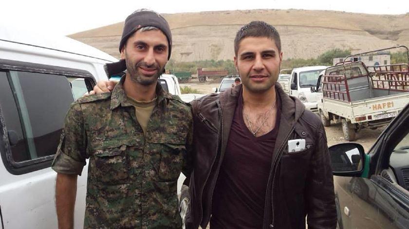 Johan Cosar (esq) na Síria. Foto: Facebook Johan Cosar