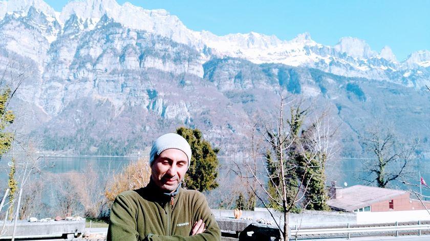 Johan Cosar em frente às montanhas da Suíça. Foto: Filipe d