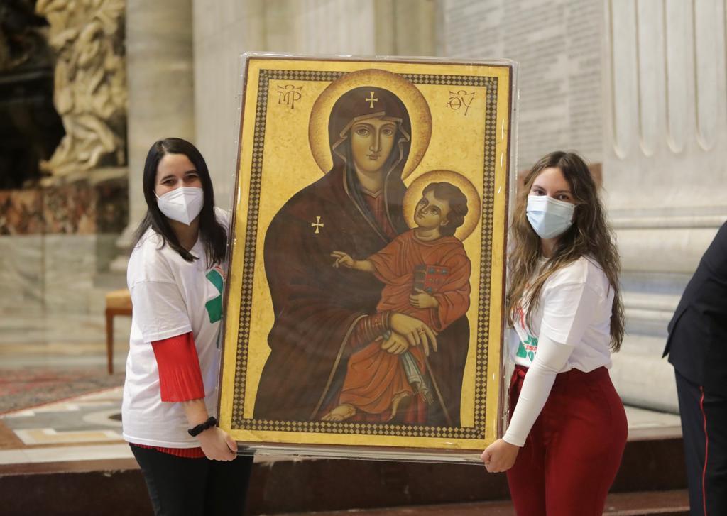 Uma delegação portuguesa recebe os símbolos da JMJ no Vaticano. Foto: DR