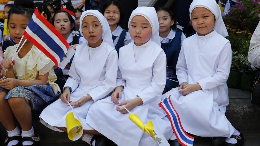 Jovens católicos tailandeses aguardam a chegada do Papa a Banguecoque. Foto: Diego Azubel/EPA