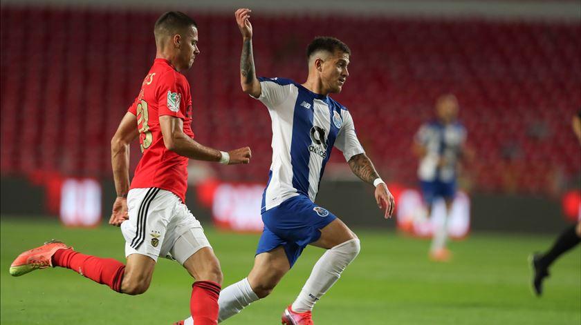 Weigl disputa a bola com Otávio. Foto: José Coelho/Lusa