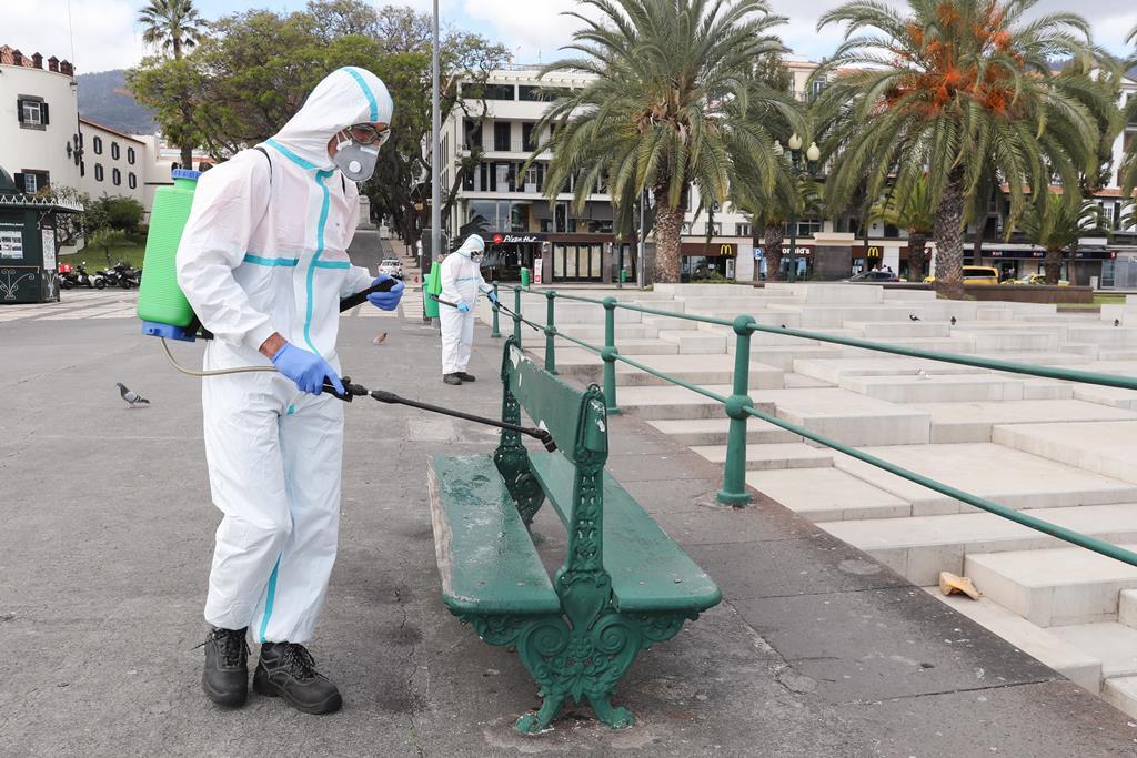 Trabalhos de desinfeção no Funchal, na Madeira. Foto: Homem de Gouveia/Lusa