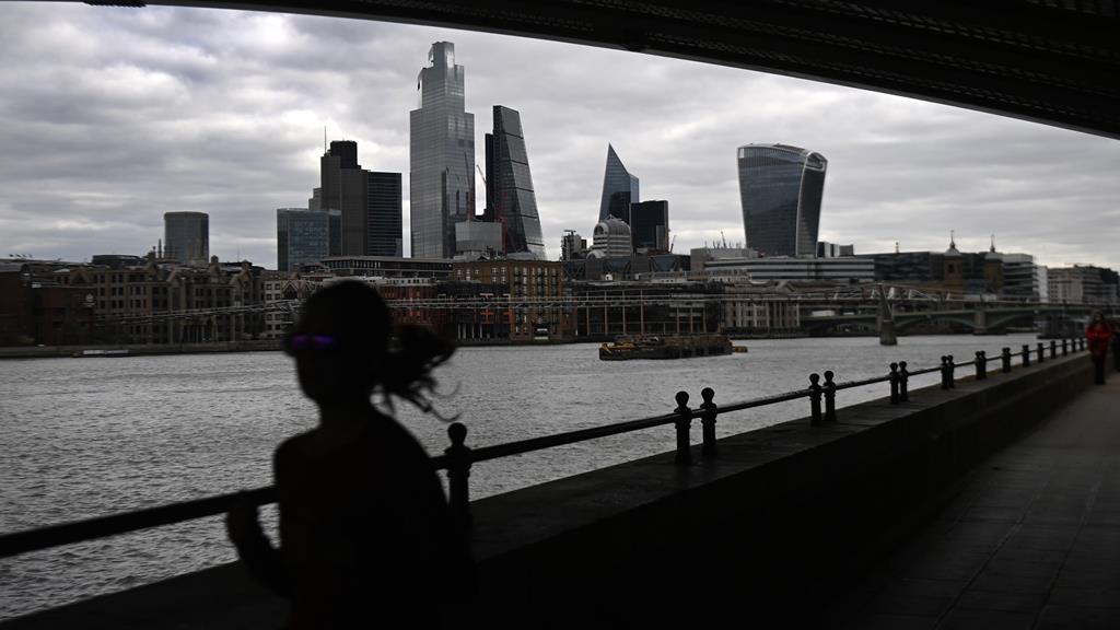 A partir de segunda-feira, comércio não essencial e ginásios voltam a abrir em Londres. Foto: Andy Rain/EPA