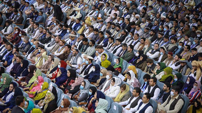 Delegados participam na Loya Jirga para discutir a libertação de prisioneiros talibãs em Cabul, Afeganistão. A Loya Jirga (Grande Conselho) é uma assembleia de anciãos e elites políticas que aconselham o Governo. Foto: Hedayatullah Amid/EPA