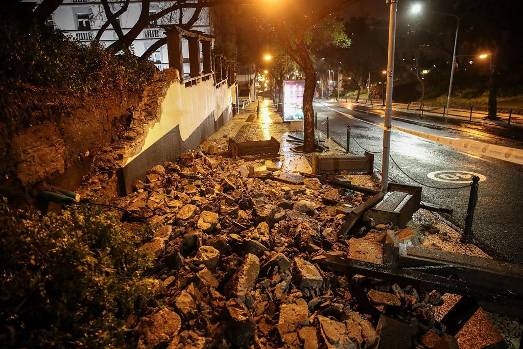 Parte do muro de suporte do Hospício Princesa D. Amélia, no Funchal, Madeira, desabou após as fortes precipitações registadas no dia ontem ao principio da noite, que levaram a Região ao alerta vermelho. Foto: Homem de Gouveia. Foto: Ho,