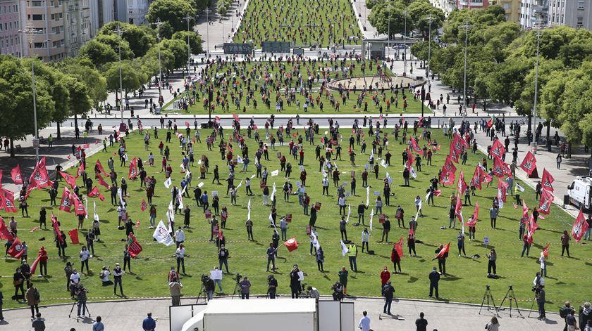 Em Lisboa, na Alameda D. Afonso Henriques, 1.º de Maio foi celebrado com distância de segurança entre cada trabalhador. Foto: António Cotrim/Lusa