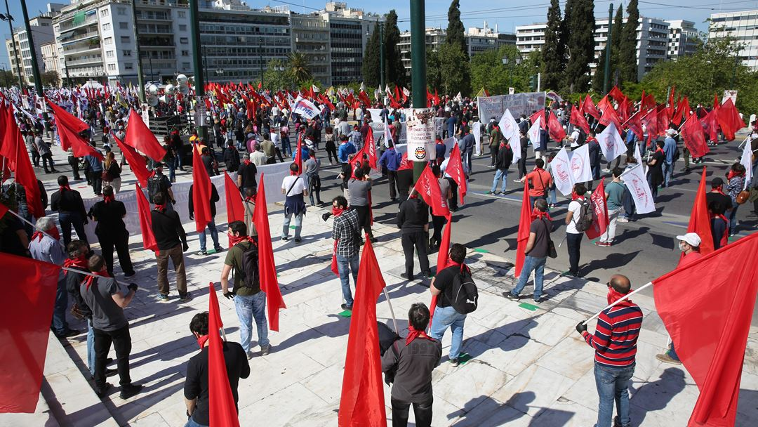 Manifestação em Atenas desafiou a proibição imposta pelas autoridades. Foto: Alexandros Beltes/EPA