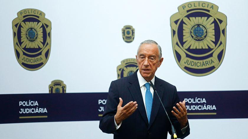 Marcelo Rebelo de Sousa discursa durante uma visita à sede da Polícia Judiciária, em Lisboa. Foto: António Pedro Santos/Lusa