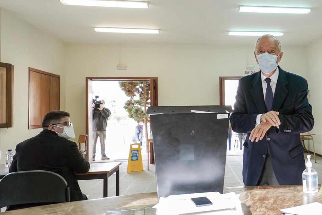 Marcelo Rebelo de Sousa vota na Junta de Freguesia de Molares em Celorico de Basto. Foto: Hugo Delgado/ Lusa