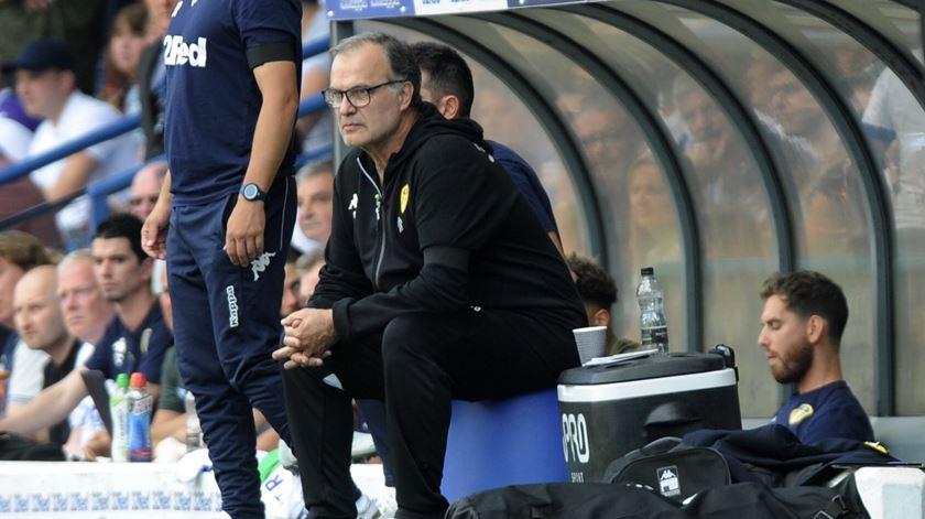 Marcelo Bielsa é o treinador do Leeds United, que recebe o Paços de Ferreira no sábado. Foto: Leeds United