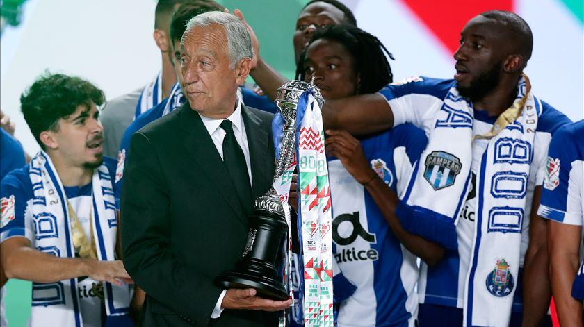 Presidente da República entrega o troféu. Foto: José Coelho/Lusa