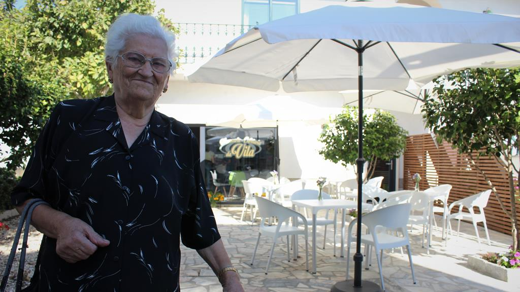 Maria José Dias, 87 anos, aplaude a abertura da mercearia. Foto: Liliana Carona/RR