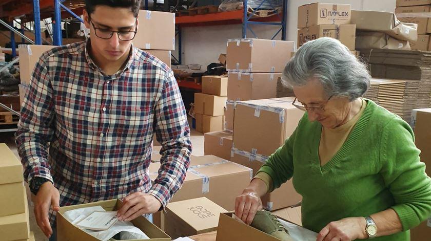 Maria Otília e Bernardo Carreira preparam as caixas com as sapatilhas feitas de canábis. Foto: DR