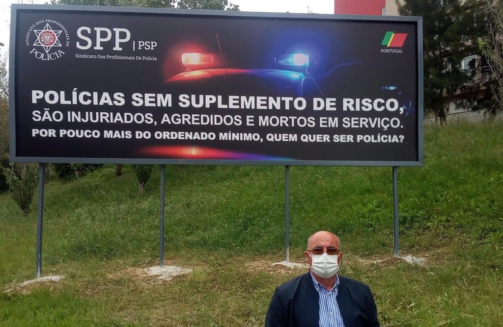 Mário Andrade, presidente do SPP-PSP junto do cartaz inaugurado esta quinta-feira em Lisboa. Foto: DR
