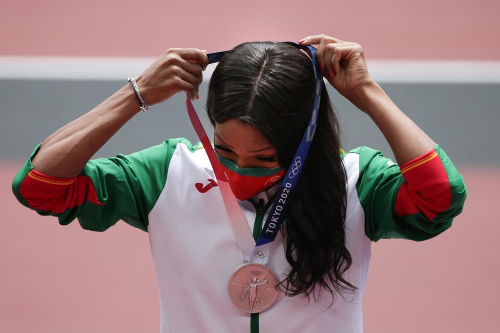 Patrícia Mamona recebeu a medalha de prata de triplo salto. Foto: Tiago Petinga/Lusa