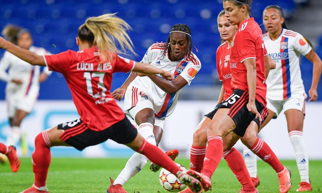 Melvine Malard perante várias jogadoras encarnadas. Foto: SL Benfica