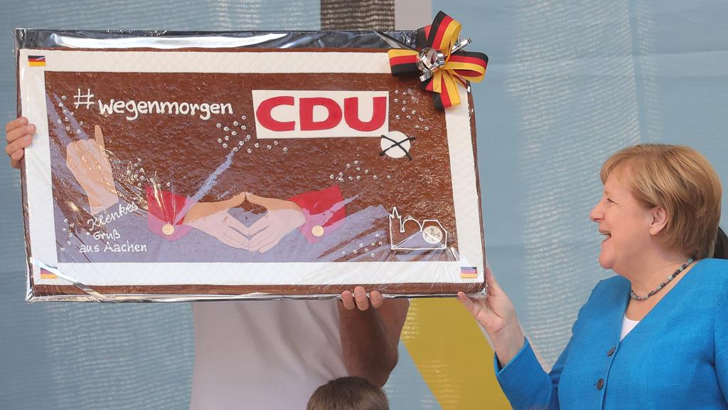 Merkel esteve em Aachen com o candidato da CDU. Foto: Friedemann Vogel/EPA