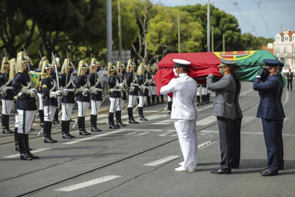 Coberta pela bandeira nacional, a urna com o corpo de Jorge Sampaio chegou a Belém transportada num carro funerário, do qual foi retirada por cadetes das Forças Armadas. Foto: Miguel A. Lopes