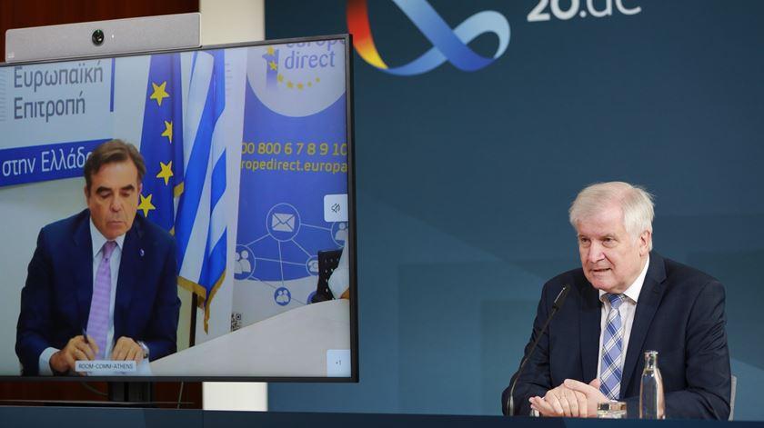 Ministro Horst Seehofer e vice-presidente da Comissão (em vídeo) em conferência de imprensa. Foto: Christian Marquardt/EPA