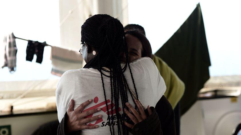 Imigrantes a bordo do Aquarius. Foto: Kenny Karpov/SOS Mediterranee