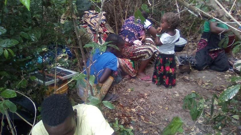 Muitos deslocados dormem ao relento, escondem-se entre arbustos. Foto: Facebook da irmã Blanca