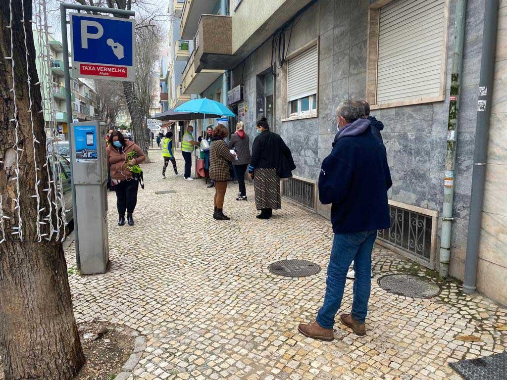 Longas filas à porta da associação Mundo Feliz. Foto: Ana Rodrigues/RR