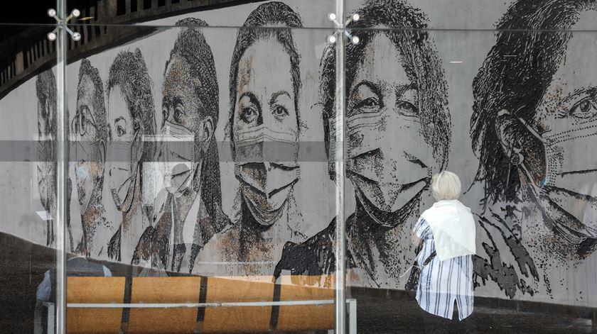 Mural do artista Vhils, em homenagem aos profissionais de saúde no Hospital São João, no Porto. Foto: José Coelho/Lusa